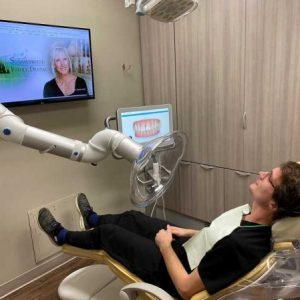 odsesavanje-v-zdravstvu-zobozdravnik-pod-odsesovalno-roko-2